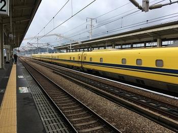 姫路駅を走り去るドクターイエロー.jpeg